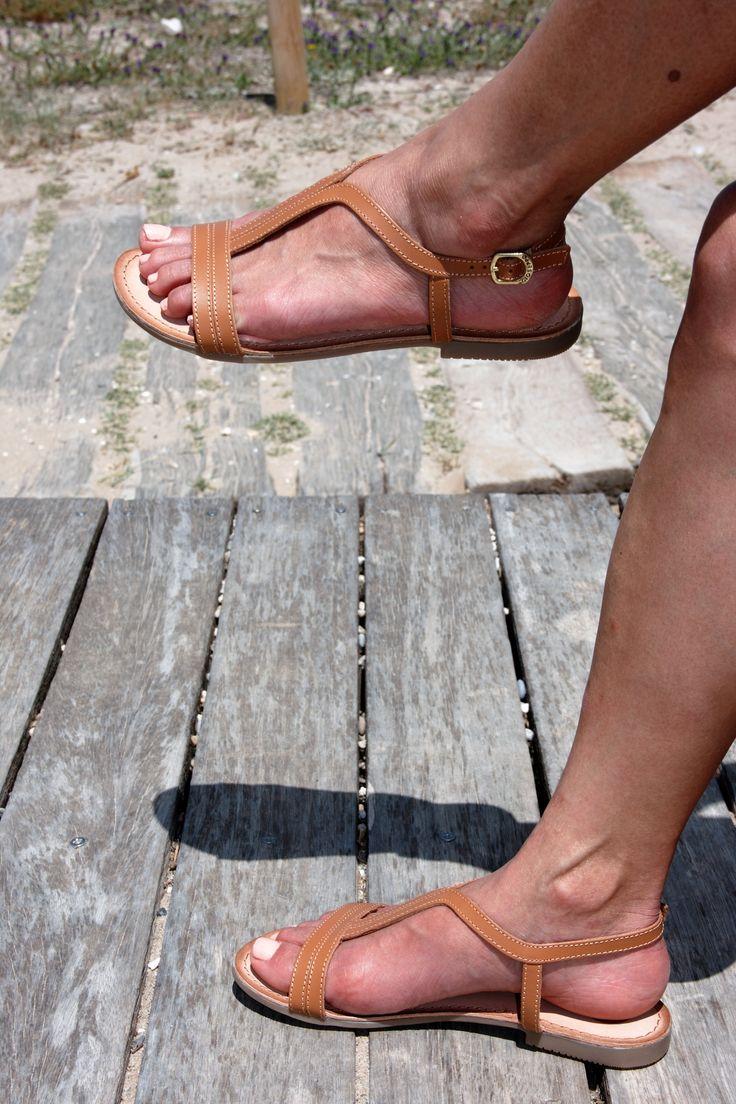 Sandalias planas en marrón camel, unas básicas muy cómodas, ligeras y sujetas a tobillo y zona de los dedos