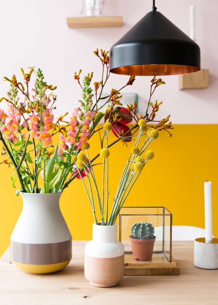 Warme en gezellig kleuren in huis! Tip: zet meerdere vaasjes naast elkaar met leuke bloemen erin.