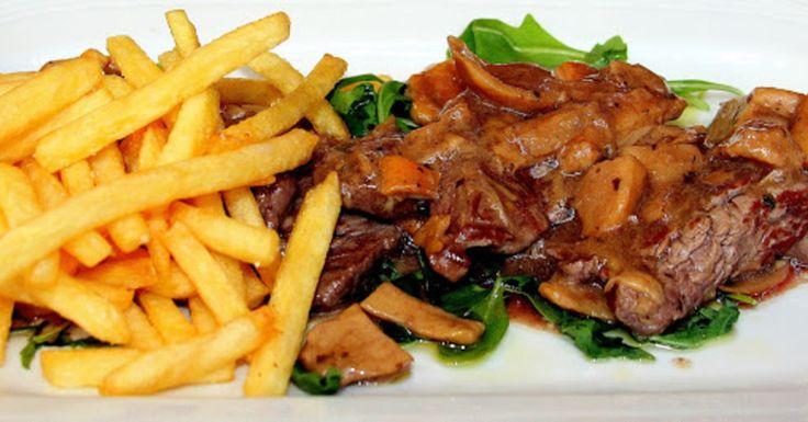 Voor zuurvlees werd vroeger meestal paardenvlees gebruikt. Zuurvlees lijkt op het Hollandse draadjesvlees en is ondanks de naam niet zuur