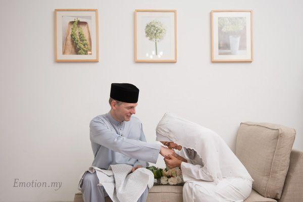 Malay Wedding Akad Nikah Ceremony: Magnus + Sham http://www.emotioninpictures.com/malay-wedding-akad-nikah-ceremony-magnus-sham