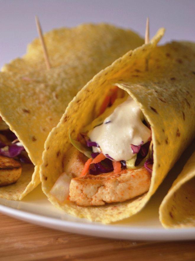 Tacos de tofu, salada de repolho e molho de caju e limão