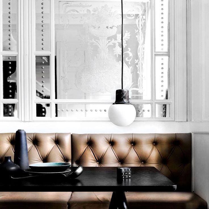 Mass Light fra &tradition er inspirert av storbyer som Paris, Barecelona og New York for deres karakteristiske gatelykter i smijern. Mass Light's materiale er brun marmor og opalglass.