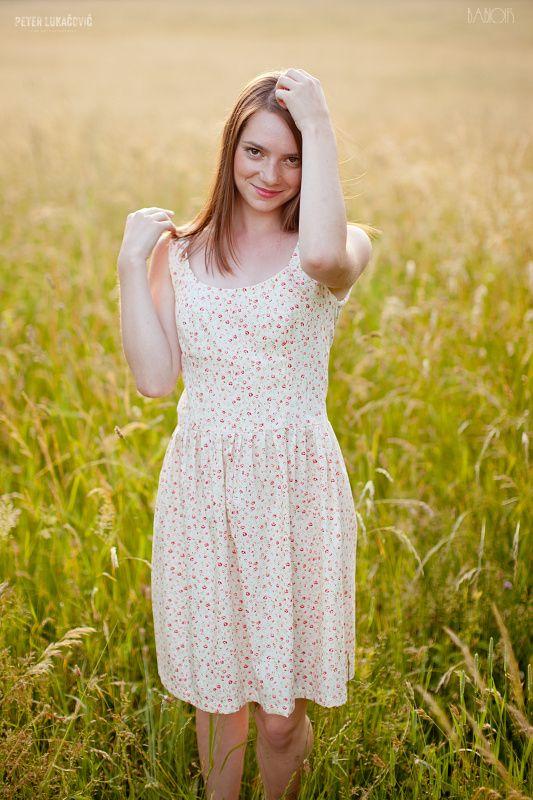 Prairie+de+Fleurs+III+Elegantné,+romantické,+letné+šaty+ušité+z+príjemnej+smotanovej+bavlnenej+látky+plnej+malinkých+červených+lúčnych+kvietkov.+Foto:+Peter+Lukacovic+Photography+Veľkosť:+34,36,38,+40+(na+želanie)