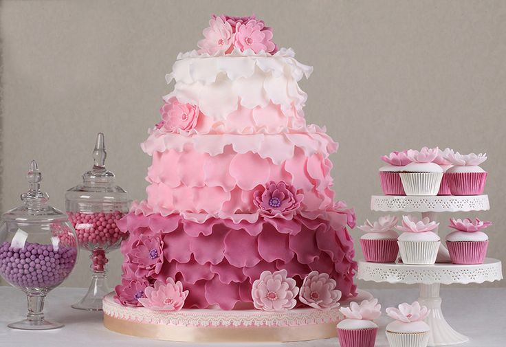 Sweet pink flower table? Who can resist these delicacies? I sure can't. Photo Le Torte di Renato.