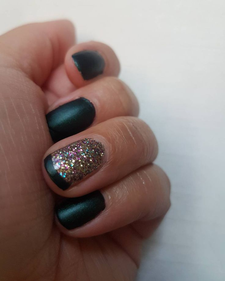 Matte and moody! Love this green in the #drivememattejn set. It's the perfect #christmas #green if you ask me! You will definitely see tgis appear again over the coming weeks. Paired here with #stardusttopcoatjn #nailbox #jamberry #mattenails #matte #nailart #nails #mani #manime #jamlife