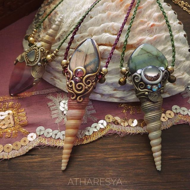 View atharesya's Instagram ✨PREVIEW Given the success of the previous and many requests, I decided to make some other #shellpendant ..Here the #autumn is near, so I chose a more woody and #elvenstyle and colors .. WARNING THE CREATIONS WILL BE AVAILABLE ON ETSY BETWEEN DAYS! #purplelabradorite #adularia #pinktourmaline #labradorite #semipreciousstones and #shells #atharesya #crystalpendant #healingcrystals #healingstone #mermaid #mermaidjewelry #naturaljewelry #iridescent #magicamulet…