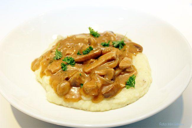 En god kremet gryterett med svinekjøtt smaker fantastisk uansett om du serverer den med ris eller potetmos. En middag på under 40 minutter! Velbekomme!