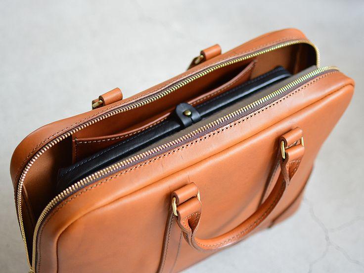 薄マチのビジネスバッグでありつつもしっかりと自立する構造のダレスバッグ。底を楕円形にすることでダレス特有の重厚感を持ちつつもカジュアルな服装にも合わせられるライトな仕事鞄に仕上がっています。【Organ/オルガン】