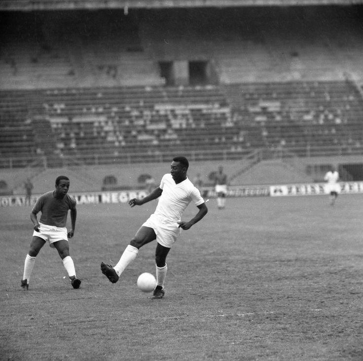 Pele at the San Siro, 1963.   Pelé, Futbol soccer, Soccer art
