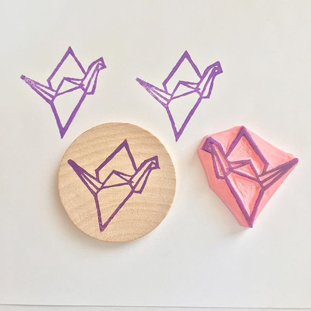 Prêt à s'envoler ✈️🌱 👉🏻Ready to fly  #rubberstamp #tampon #grue #grueorigami #crane #origami #origamiart #origamicrane #madeinfrance #madeinparis #kraftille #supportsmallbusiness #shopsmall