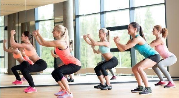 Squat - il miglior esercizio per allenare #cosce e glutei. Scopri cos'è lo #squat (o i piegamenti), i benefici e gli effetti positivi e come fare gli squat per avere #glutei sodi e perfetti. #fitness #esercizi