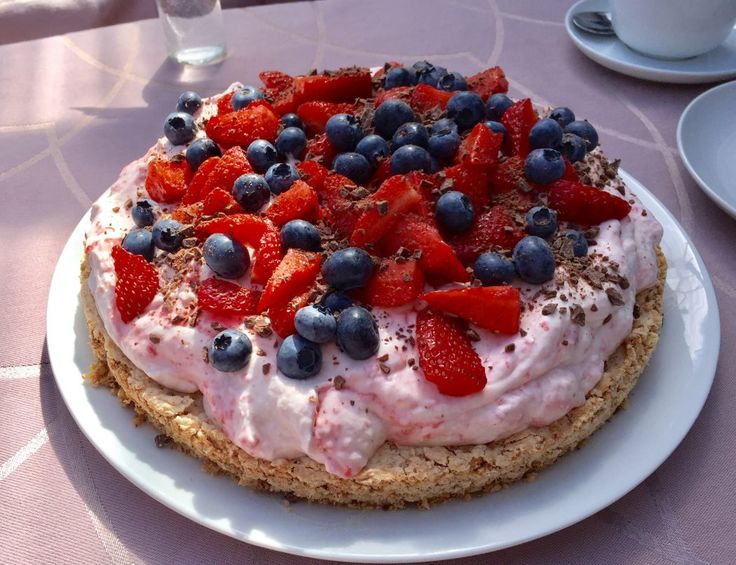 En virkelig lækker, let, frisk og sommerlig kage :-) Mandel/marengsbund, flødeskum med jordbær, pyntet med friske bær - det er da en virkelig enkelt kage :-)