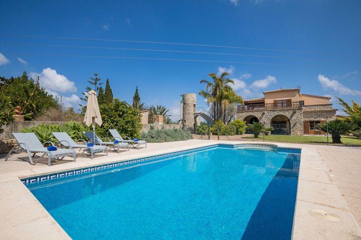 Landhaus mit Außenküche und Kindersicherung am Pool für bis zu 8 Personen im Inselnorden von Mallorca nahe Arta preiswert zur Ferienmiete.