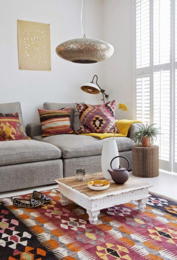 un salon moderne en blanc et gris sublimé par une déco ethnique chic à inspiration marocaine