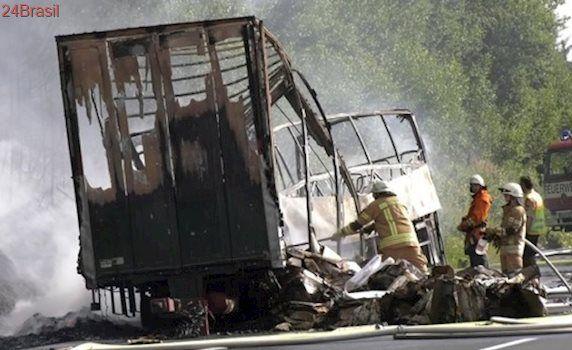 Acidente entre ônibus e caminhão deixa mortos na Alemanha