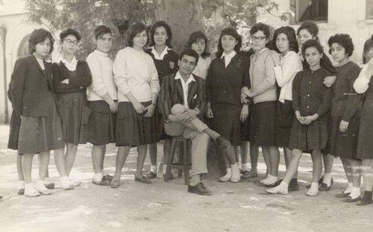 İstanbul Kız Lisesi Bahçesi'nde, öğrenciler Edebiyat Öğretmenleri Şemsi Belli ile birlikte - 1963