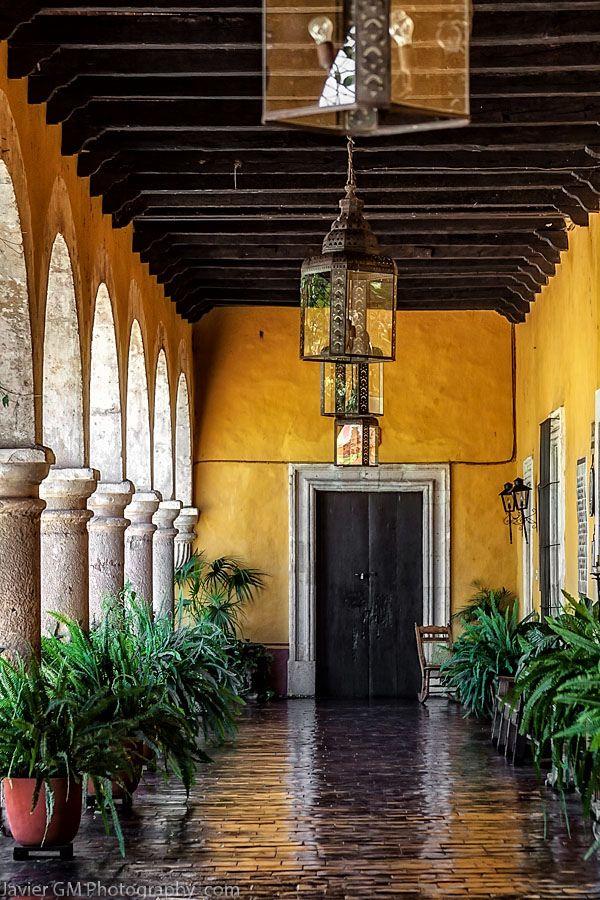 COLORES CÁLIDOS- este amarillo es el clásico color que una hacienda tiene para crear una atmósfera cálida y acogedora.