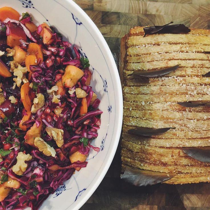 Flæskesteg med kartofler, brun sovs og rødkålssalat 🍴⭐️✨ Nogen samler på julestellet (@jeanetteshome @andsbjerg @musthaveit.dk )....andre øver sig på at servere god mad juleaften 🎄 #aftensmad #lørdag #weekend #flæskesteg #rødkålssalat #mårtensaften