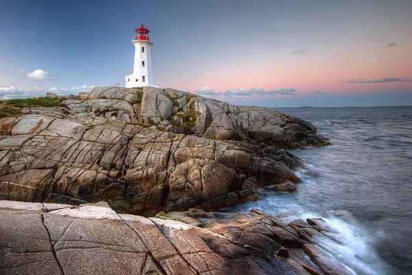 Peggy's Cove, Nova Scotia, Canada Peggy's Cove wurde 1811 als eine kleine Ortschaft an der Ostküste der St. Margarets Bay in Nova Scotia gegründet. Seit 1995 gehört Peggy's Cove mit ca. 650 Einwohnern zum Gebiet des Halifax Regional Cpuncil