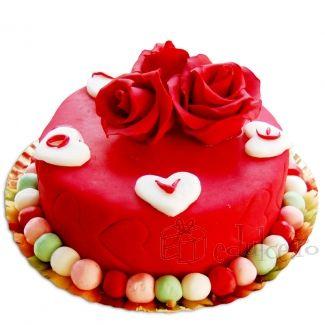 Cu blaturi insiropate si ciocolata, visine aruncate atent in compozitie si un decor din trandafiri rosii