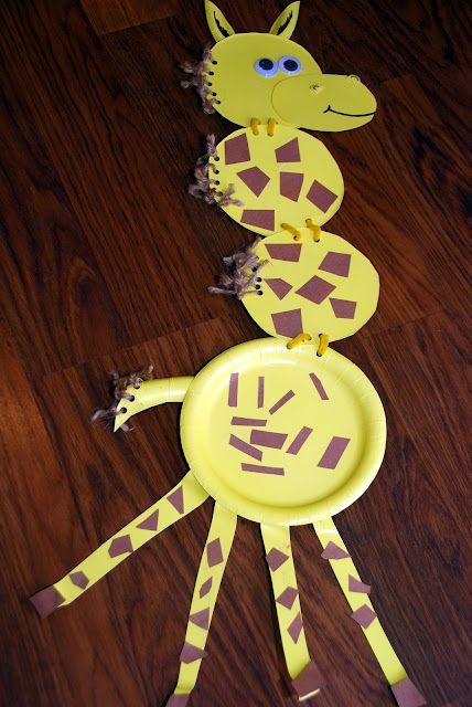 Una jirafa con platos de plástico