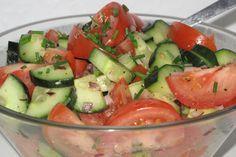 Klassisk+tomatsalat+med+agurk,+rødløg+og+en+simpel+dressing+af+olivenolie.+Den+er+især+velegnet+til+grillede+hakkebøffer.