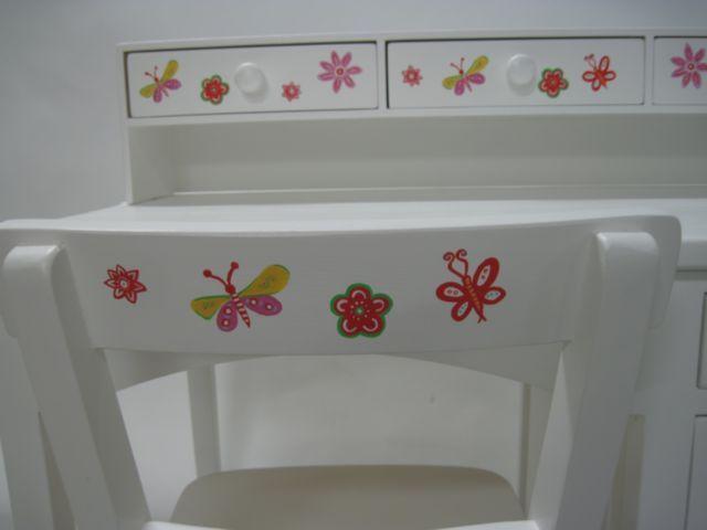 Vlinders en bloemen voor deze bureau www.mimi-enco.be/ #kinderbureau #kindermeubelen #kinderkamers
