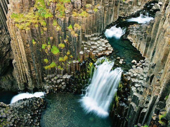 Водопад Литланесфосс   Водопад Литланесфосс находится в восточной части Исландии, где сосредоточились кратеры и скалистые утесы. Он разрезает на две части лавовый поток, застывший когда-то давно в виде многочисленных колонн шестигранной формы, похожих на соты гигантского пчелиного улья.