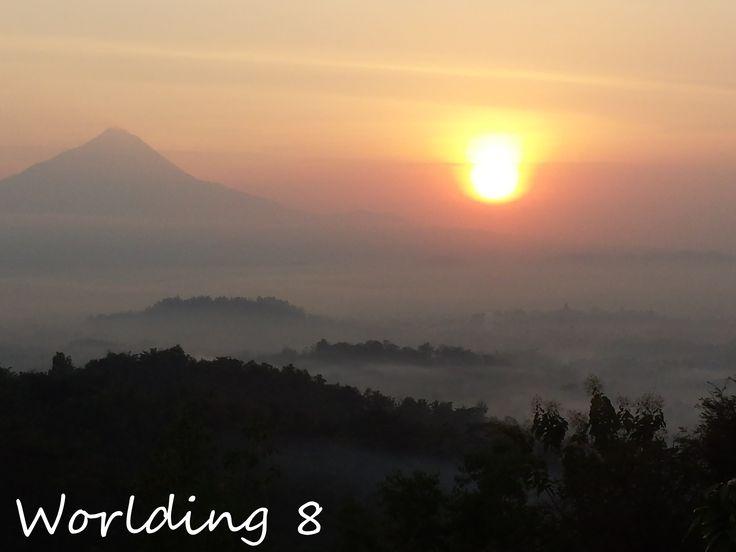 Sunrise in Setumbu Hill con Borobudur y el volcán Merapi de fondo.