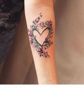 Herz Tattoo und Blumen | Inspirierende Damen