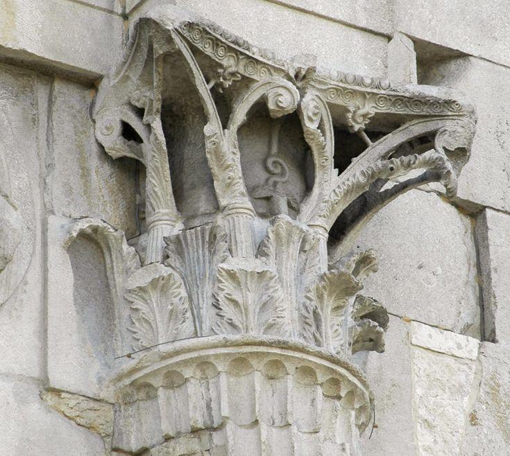 Capitello corinzio dell'arco di Augusto a Rimini