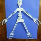 Esqueleto con cubiertos de plástico