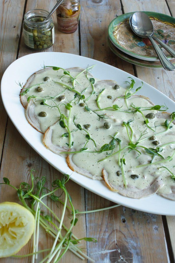 Vitello Tonato:1 ei (kamertemperatuur) - 1 klein teentje knoflook - snuf zout - 200ml olie (zonnebloem of arachide) - 2el witte wijnazijn - 75gr tonijn uit blik - 1el kappertjes - 2 ansjovis filets - 1el citroensap - gemalen zwarte peper - 300gr kalfsvlees in plakjes (fricandeau, rollade of je bakt zelf) - om te serveren: kappertjes en wat 'groen' (ik gebruikte spruiten van groene erwten, heerlijk
