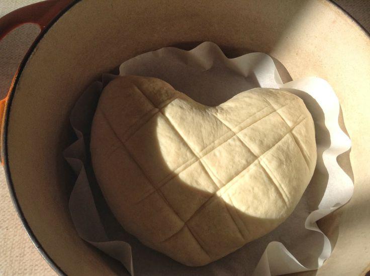 Pain cocotte forme coeur, après la cuisson on le voit moins mais le pain est très bon ;)