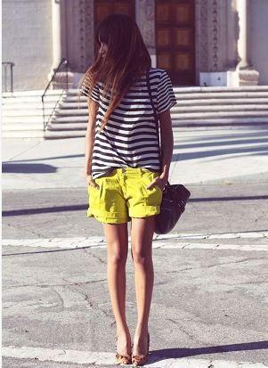 ボーターTシャツと黄色ショートパンツコーディネート
