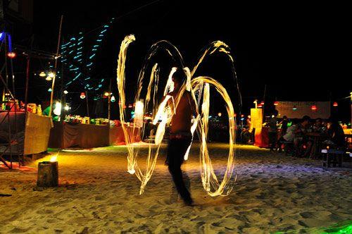 Fiesta de la luna llena.Tailandia..!  en Koh Tailandia, cada luna llena se convierte en escenario de multitudinarios encuentros festivos.  El punto de origen de esta festividad se establece en los años 80', cuando un grupo de amigos quedaron extasiados ante la imagen idílica que ofrecía la luna llena sobre las playas de Koh Phangan. Desde ese momento, los jóvenes mochileros tomaron la decisión de encontrarse cada luna llena, en ese paradisíaco lugar y pasar la noche bailando y haciendo…