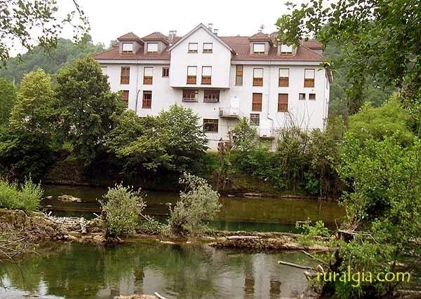 Cangas de Onís - Hotel Rural El Capitan - El Hotel Rural El Capitan esta situado a orillas del Sella a poco mas de 1km del Puente Romano de Cangas de Onis, a 12 km de Covadonga, a 20 de los Lagos y los Picos de Europa.El Hotel cuenta con ...