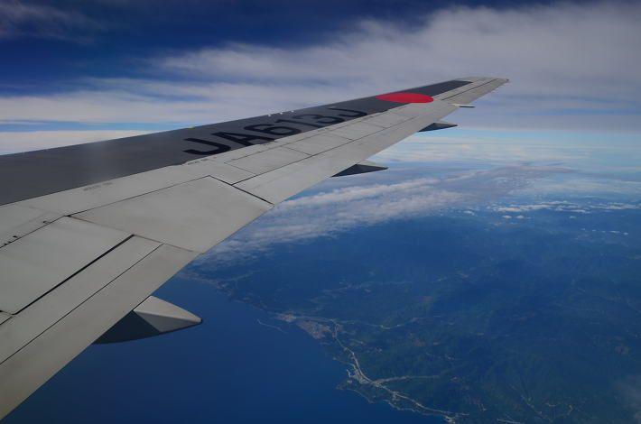 예전에도 언급한적이 있었는데 하늘에서 먹는 음식중 가장 맛없는 기내식은 JAL 이다. 먹으면 먹을수록 승질나게 만들고 그런 기내식... 원래 나는 음식가지고 투정 부리는 스타일은 아니다. 하지만 이 비행기만 타면 열받는다. 근데 왜 타냐고? 제일 싸니까... 우리나라 입장에서 일본에 갈때는 우리나라 비행기가 가장 비싸다. 내가 지금까지의 경험으로는 거의 맞다고 본다. 일본 입장에서도 마찬가지도 JAL,ANA가 비싸고 상..