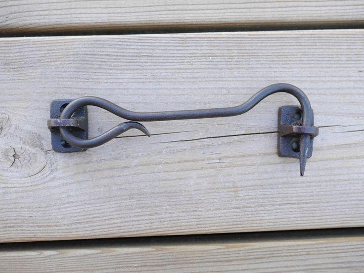Hasp i järn svart i gammeldags modell. Att sätta på grinden, skåpet, luckan eller uthus dörren.