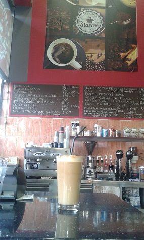 Quand on pense Grèce, on pense ouzo, raki, café grec, retzina et muscat pour les plus connaisseurs, mais du moment qu'on a passé un été en Grèce, le café frappé reste LA boisson locale incontournable.
