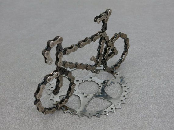 Fahrrad mit Kettenrad Ständer hergestellt aus recycelten Fahrrad-Kette