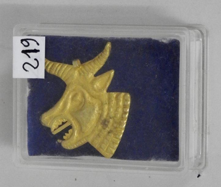 Tête de taureau divinisé symbolisant les Achéménides.Ornement en or (batrée) à patine à oxydules de cuivre.Grand Empire perse. Epoque achéménide. Circa IVès av J. C.H: 5 cm.