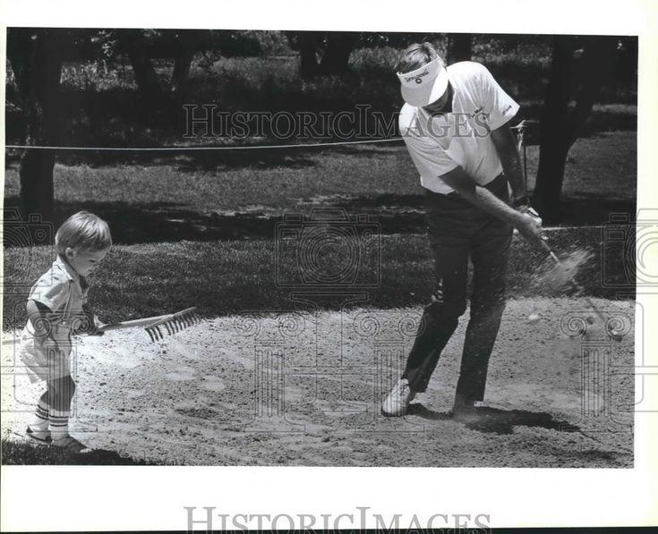 1988 Press Photo Pro golfer Al Geiberger & son in sand trap PGA Senior Tour