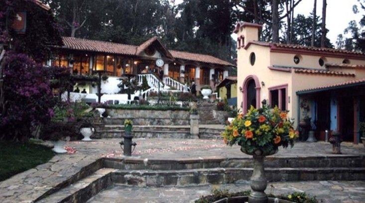 La Hacienda San Juan es un lugar campestre, rustico y perfecto para la realización de su boda, es un lugar que simula un pequeño y colonial pueblo de Colombia, porque en su interior se destacan los bonitos caminos hechos en piedra rústica. Espacios y