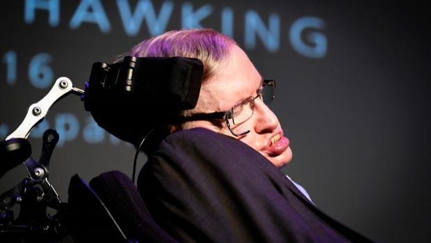 """Agentes de la Policía Nacional han detenido en Tenerife a una acosadora que amenazaba con matar a Stephen Hawking. Se trata de una ciudadana estadounidense de 37 años que venía persiguiendo al científico por todo el mundo y en los últimos días habría enviado graves amenazas a través de las redes sociales y al correo electrónico personal de Hawking, quien se encuentra en la isla con motivo de la celebración de la conferencia en su honor """"Starmus"""", que cuenta también con 12 premios Nobel como…"""