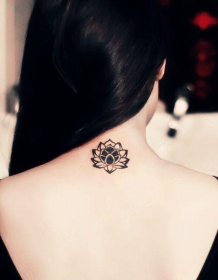 Tatuagem de Flor de Lotus |  Blackwork na Nuca