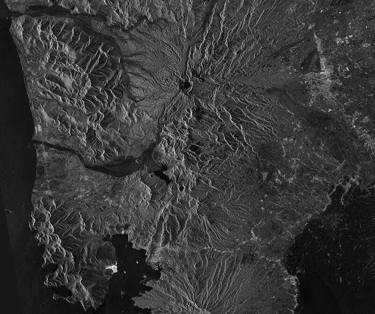 © ESA / Sentinel-1AAm 15. Juni 1991 brach der philippinische Vulkan Pinatubo aus (oberhalb der Bildmitte), was unglaubliche Auswirkungen auf die Erdatmosphäre hatte. Die globale Temperatur stieg um 0,5 Grad an und aus den herausgeschleuderten Materialien bildete sich weltweit ein Schwefelsäure-Dunst. Mittlerweile hat sich in dem Krater des Pinatubos ein See gebildet, der auf dem Bild als schwarze Fläche zu erkennen ist.