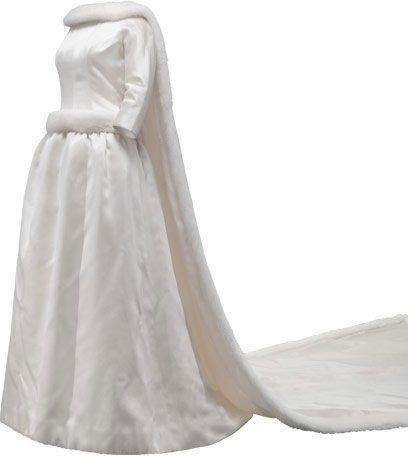 Vestido de novia en satén de color marfil y visón blanco  1960  La reina donó su vestido de novia a la Fundación Cristóbal Balenciaga.