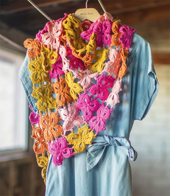 Intiaanikuviot ja Karibian värit seikkailevat kuoseissa ja silmukoissa. Niitty-hartiahuivi tuo kauniissa väreissään kesäistä ilmettä asuun kuin asuun.Koko: yksi koko, leveys leveimmillään 143 cm, kork...