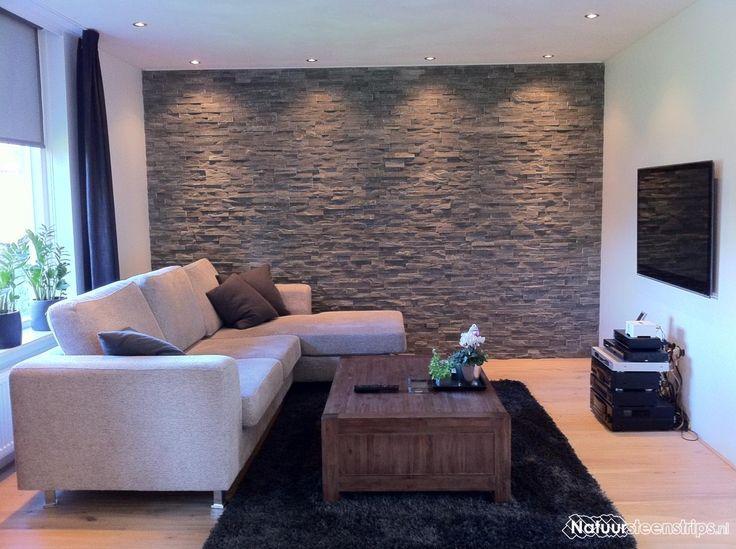 Sfeervolle woonkamer. De wand is bekleed met Grijs Kwartsiet Natuursteenstrips. Deze strips zijn zowel voor binnengebruik als buitengebruik geschikt.